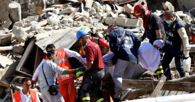 (160825) -- AMATRICE, Aug. 25, 2016 () -- Rescuers carry a victim's body following an earthquake in Amatrice, central Italy, Aug. 24, 2016. The death toll from a powerful earthquake in central Italy has risen to 247, Italian authorities confirmed early on Thursday. (Xinhua/Jin Yu)(yk)