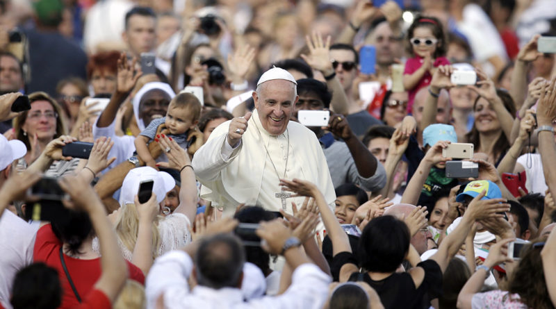 Pope Francis blesses the faithful as he arrives on the occasion of an audience with participants of Rome's diocese convention in St. Peter's Square, at the Vatican, Sunday, June 14, 2015. (AP Photo/Gregorio Borgia, Pool) Papa Francesco - bagno di folla