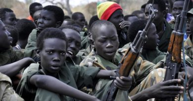 Pibor 2015-02-10 PIBOR, SOUTH SUDAN - FEBRUARY 10 : Young boys, children soldiers sit on February 10, 2015 with their rifles at a ceremony of the child soldiers disarmament, demobilization and reintegration in Pibor over sawn by UNICEF and partners. The children in Pibor, Jonglei State, surrendered their weapons and uniforms in a ceremony overseen by the South Sudan National Disarmament, Demobilization and Reintegration Commission, and the Cobra Faction and supported by UNICEF. Samir Bol  / Anadolu Agency Photo: Samir Bol / AA / TT / kod 10611 ***USA, U.K., CANADA AND FRANCE OUT*** ***BETALBILD*** Lapresse Only italy 300 bambini soldato liberati in Sud Sudan