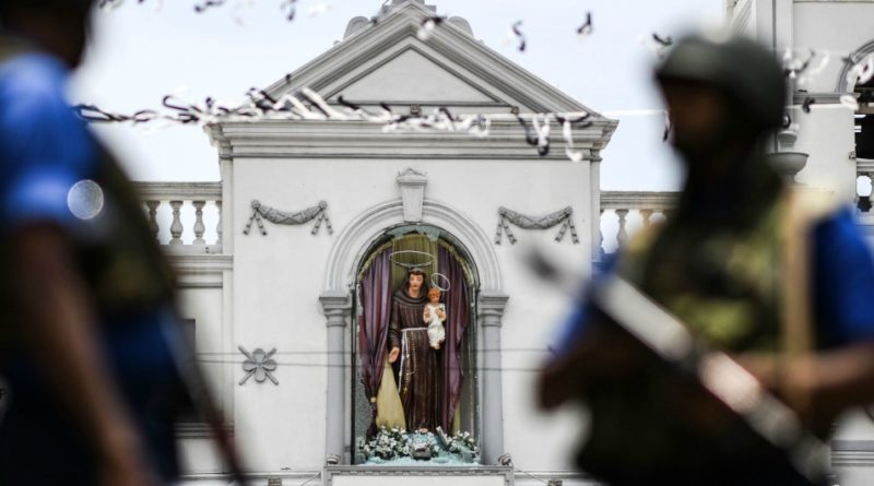 Soldiers stand guard outside St. Anthony's Shrine in Colombo on April 25, 2019, following a series of bomb blasts targeting churches and luxury hotels on the Easter Sunday in Sri Lanka. - All of Sri Lanka's Catholic churches have been ordered to stay closed and suspend services until security improves after deadly Easter bombings, which killed at least 359 people and wounded hundreds, a senior priest told AFP on April 25. (Photo by Jewel SAMAD / AFP)